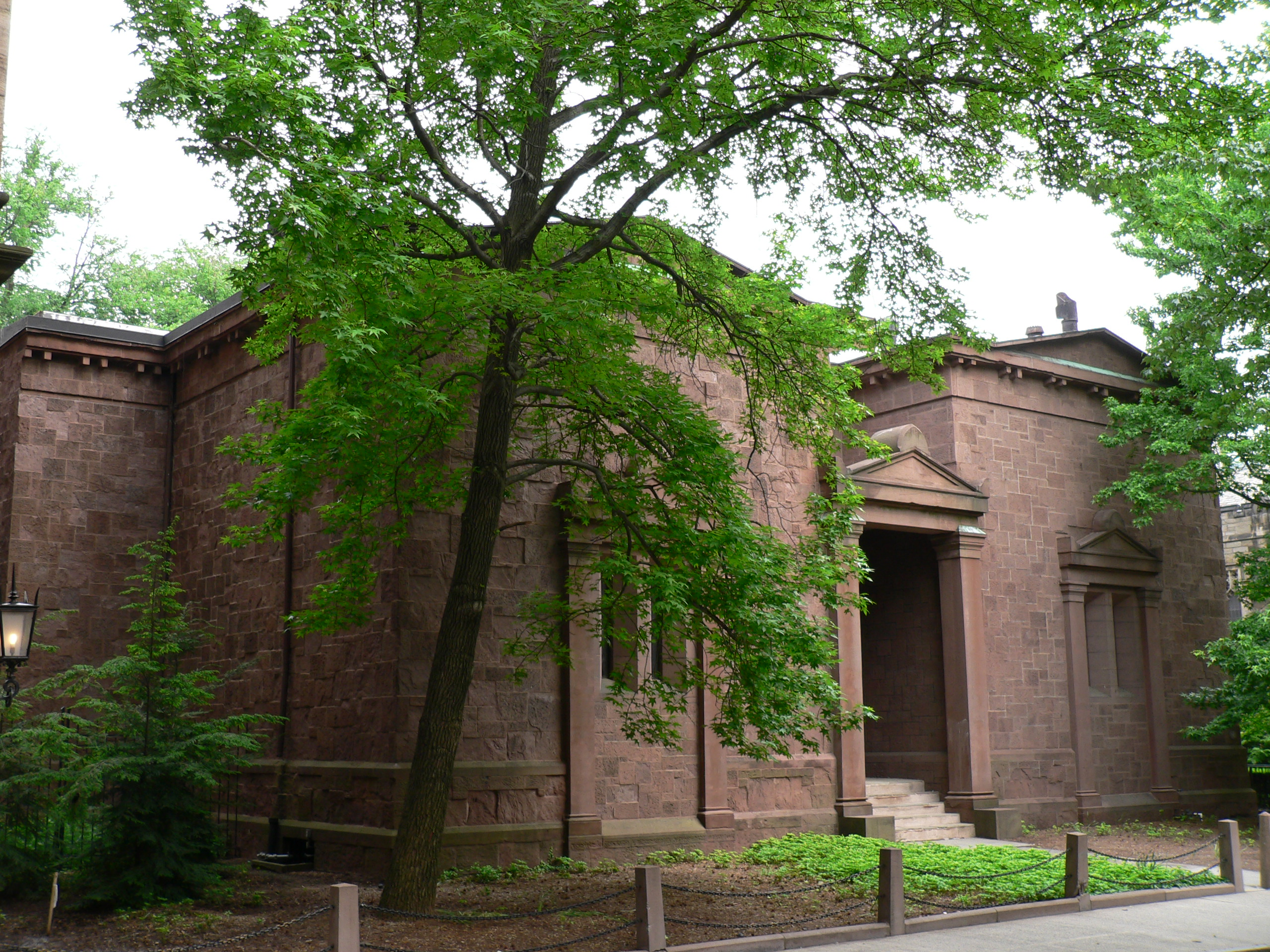 The Tomb, the windowless headquarters of the secret society, Skull and Bones, on the campus of Yale University. Photo by BoolaBoola2 from Wikimedia Commons.